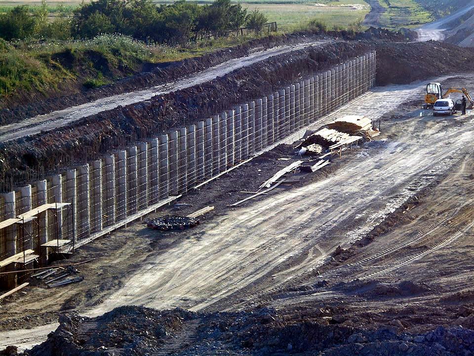 Zid sudic intact pe partea satului