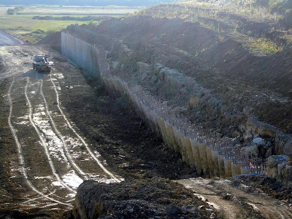 Zeci de coloane împinse din zidul nordic