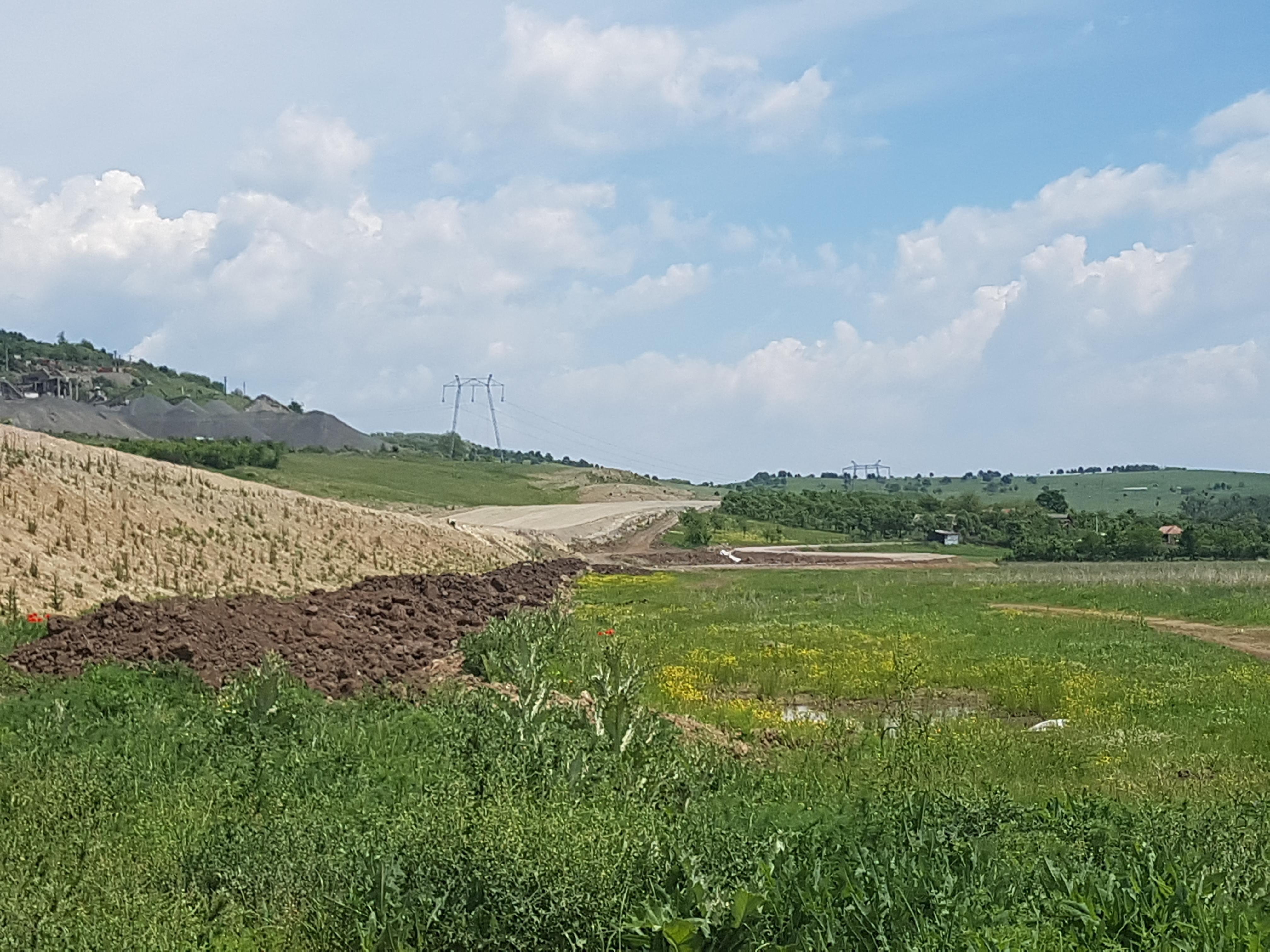 Vedere spre Deva de lângă autostradă. Se observă urcarea peste coloanele forate